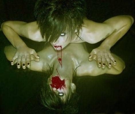 poza_horror_femeie_oglinda_curge_sange_din_gura_alina.jpg